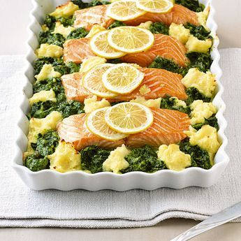 Einmal die Woche sollten Sie unbedingt Fisch essen. Wie wäre es also mit diesem superschnellen Auflauf mit Lachs und Spinat?