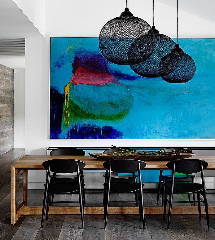 Merveilleux choc de couleurs, de lignes et de courbes. Le noir des chaises 1950's s'accorde aux suspensions, toutes en transparence et en rondeur, comme des nuages suspendus, en regard du tableau abstrait, ciel chatoyant. Templestowe House, Christopher Elliott Design.