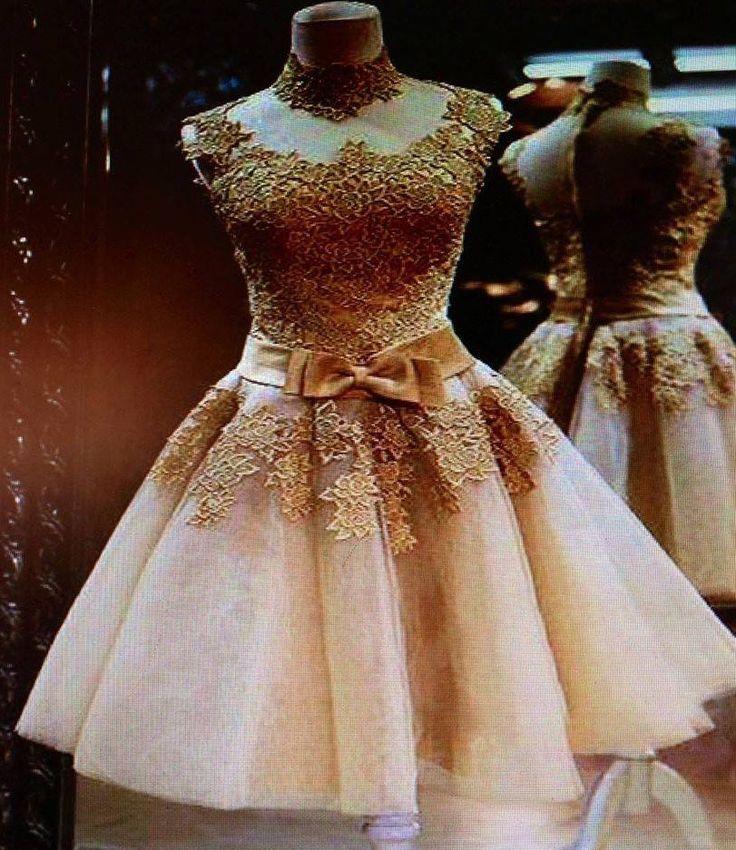 Vestido curto e dourado com laço na cintura