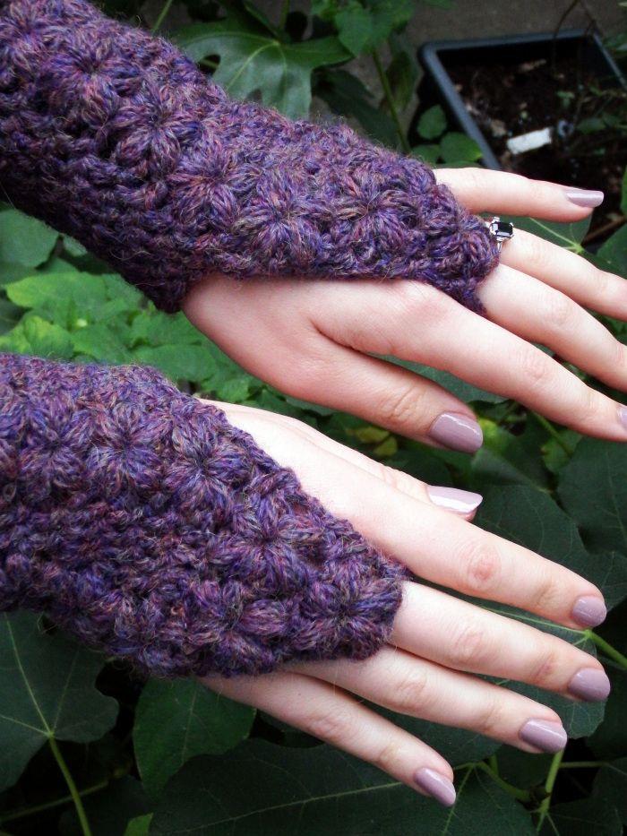 Simple de la flor de Pistas guantes sin dedos Modelo del ganchillo por makemydaycreative.com