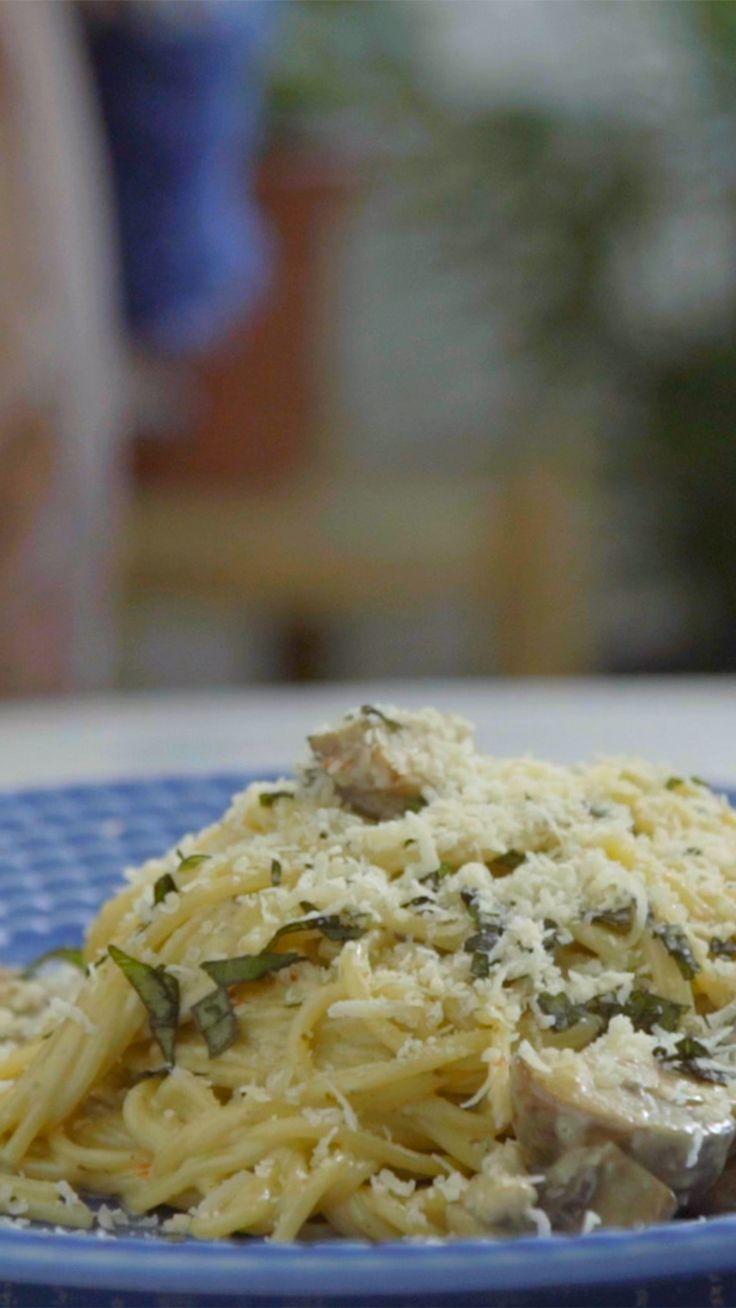 Macarrão rápido, prático e super cremoso de pesto e cogumelos.
