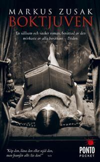 Det är Döden som vill att du följer med. Han vill att du lyssnar till berättelsen om den unga Liesel som han fascineras av. Tyskland 1939. Landet håller andan. Döden har aldrig haft mer att göra.Nioåriga Liesel liv förändras när hon plockar upp en bok på bredvid sin lillebrors grav. Det är Dödgrävarens handbok  och det är den första bok hon stjäl. Med hjälp från sin fosterpappa lär hon sig läsa och snart har hon inlett en kärleksaffär med böcker.