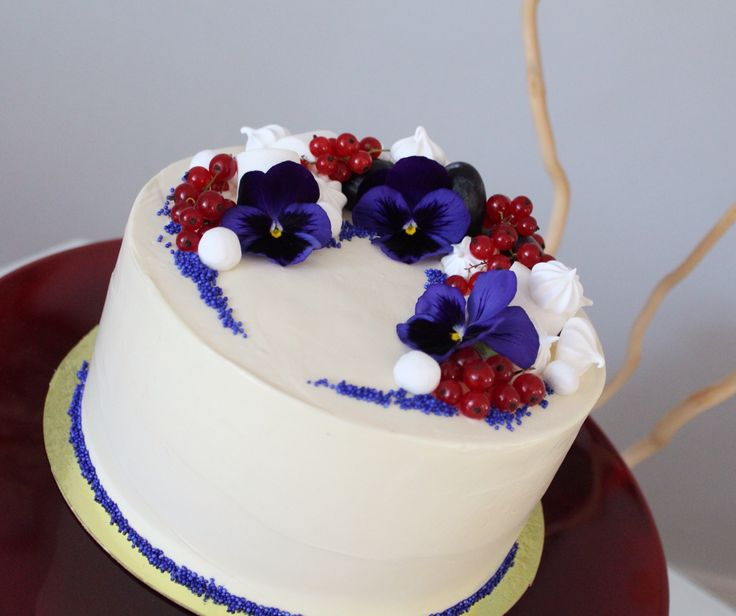 Годовщина свадьбы - это #день #рождения семьи. Прекрасный #праздник! И в честь такого события хочется сделать что-то нежное, светлое и с душой. Так появился этот торт.  Внутри медовые коржи, крем-чиз. Украшен #торт белоснежным крем-чизом, красной смородиной, меренгами, засахаренной клюквой и живыми цветами Анютины глазки. Автор Instagram.com/uzyaolga