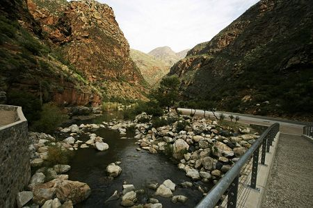 Meiringspoort is a 25km road cutting through the mountains that separate the Klein Karoo from the Great Karoo
