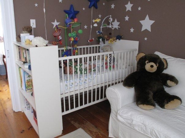 Associez une bibliothèque Billy au berceau Gulliver.   31 détournements incroyables de meubles IKEA que tous les parents devraient tester