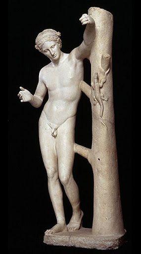 """dios Apolo más juvenil (casi adolescente), con una anatomia propia del canon griego pero menos marcada, destaca también la curva praxitélica, propia de dicho autor, en la que la cadera derecha esta más subida que la otra, los hombros ligeramente inclinados hacia ese lado y la pierna izquierda un poco doblada hacia delante; rompe con la temática puesto que nos muestra la desmitificacion de un dios (Apolo),en un momento intrascendente,intentando clavarle una de sus flechas a un animal."""""""