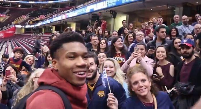 Ανατριχίλα: Γιάννης και ομογενείς του Cleveland τραγουδούν τον Εθνικό Ύμνο! | NBA Greece - SPORT 24