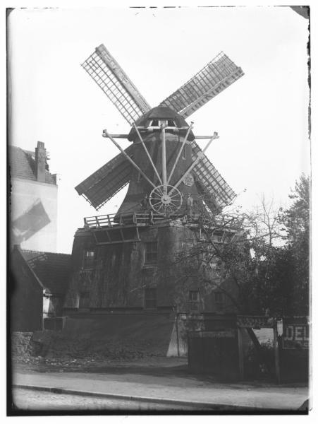 Czaar Peterstraat · 1890    Czaar Peterstraat.Cacaomolen 'de Goede Verwachting' (afgebroken in 1906). Rechts: gedeelteslijterij en tapperij 'De Vriendschap'.