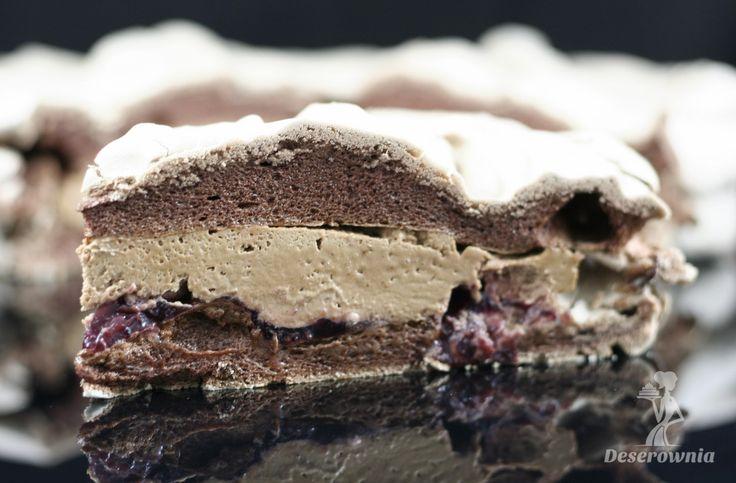 Beza czekoladowa - wiśnie i mus czekoladowy.