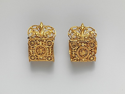 Pair of gold a baule earrings Date: 6th century B.C. Culture: Etruscan Medium: Gold Dimensions: H.: 1 3/8 x 15/16 in. (3.4 x 2.4 cm) Classification: Gold and Silver Credit Line: Rogers Fund, 1959 Accession Number: 59.11.21, .22 This artwork is currently on display in Gallery 170
