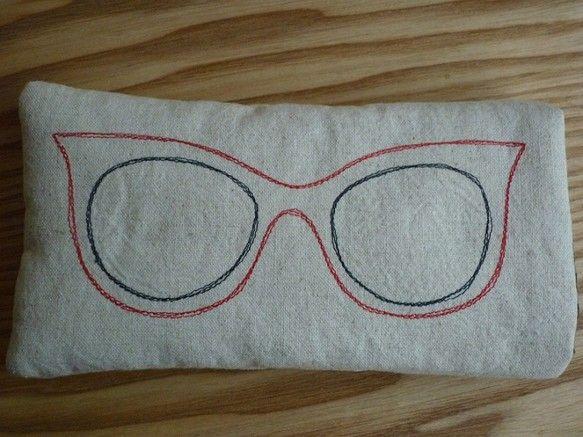 メガネケースです。かわいいメガネの刺繍入りです。中綿が入っているので、バッグの中に入れても安心。大きさ:横 17cm 縦 8cmサングラスなどの厚みのあるメガ...|ハンドメイド、手作り、手仕事品の通販・販売・購入ならCreema。
