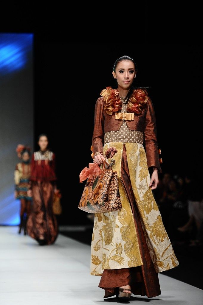 http://www.zimbio.com/pictures/XekggnDd7rY/Indonesia Fashion Week 2014/pYVjnsT3dgT
