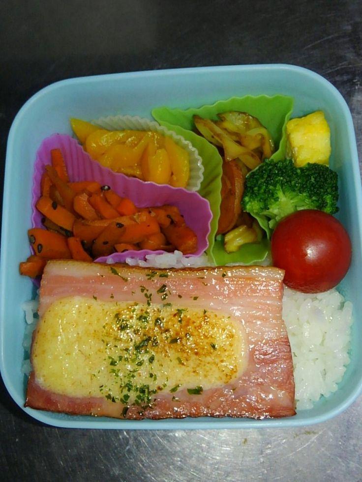 posted by @pasu_teru おはよう。今日は、ご飯、チーズのせ厚切りベーコン、ミニトマト、ブロッコリー、玉子焼き、野菜炒め、たくあん、ニンジンのゴマきんぴらです😋 #obentoart