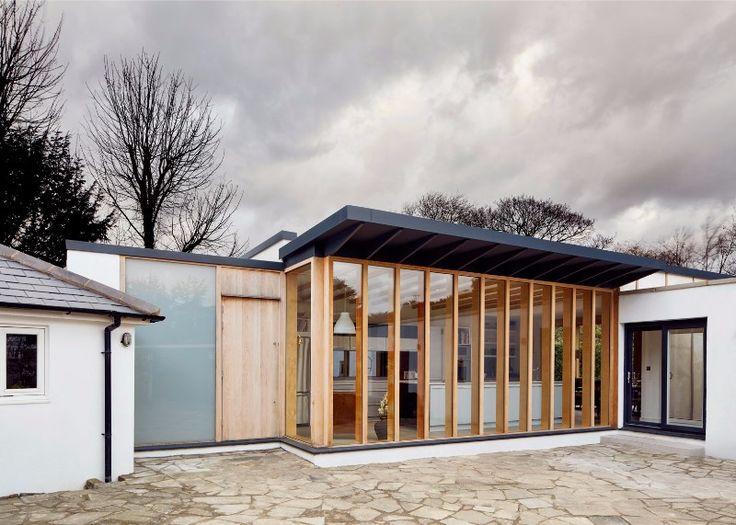 Výsledkem Kombinace Skla A Dřeva Je Elegantní Přístavba Ke Staršímu Domu.