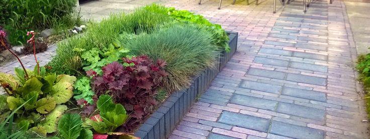 Deze tuin ontwierp ik voor een ouder echtpaar. De tuin heeft verhoogde borders die prettig zijn in onderhoud. Ondanks dat het een kleine tuin is, maakte ik het mogelijk een rondje te lopen met de rollator. Tulipa Tuinarchitectuur & Groenprojecten, www.tulipatuin.nl