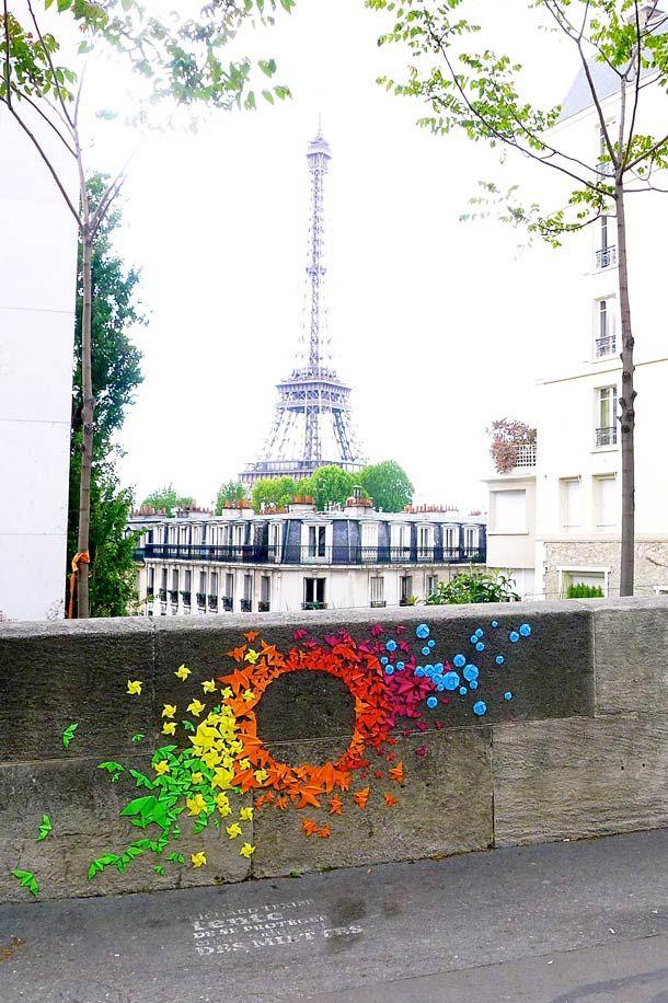 Les dernières créations de l'artiste française Mademoiselle Maurice, des installations éphémères et non dégradantes, du street art poétique réalisé avec des centaines d'origamis colorés collés sur les murs de Paris.