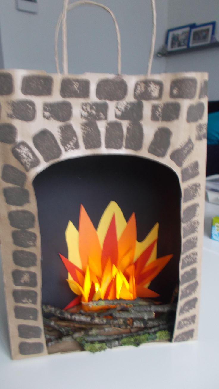 Sinterklaas surprise open haard Maak bakstenen door te stempelen met een stukje schuurspons. Vlammen van gekleurd papier en vilt, 2 electrische waxinelichtjes en wat takjes.