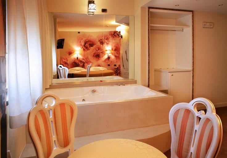 Suite con Vasca Idromassaggio in Camera Milano: se state cercando una camera speciale in provincia di Milano, questa suite dispone di jacuzzi per due.