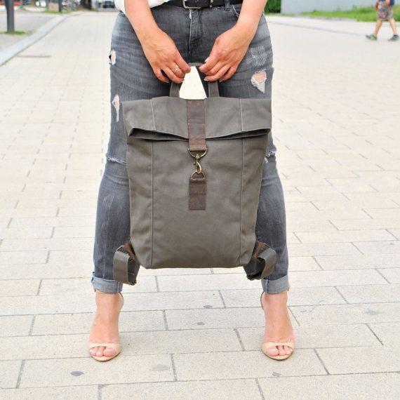 Khaki Canvas Leder Rucksack, wasserabweisend, große Tasche, Tasche für Damen, Herren Tasche, Laptop Tasche, Lederdetails, Segeltuch, Unisex, Uni Tasche, Alltagstasche  Der Rucksack ist sportlich dezent cool und lässig. Die Tasche ist aus robustem Segeltuch und Fettleder. Das Material ist wasserabweisend und es bekommt durch häufiges tragen einen individuellen old style character. Schöner, schlichter Rucksack, den man sehr gut im Alltag tragen kann. Dieser Rucksack wird der Hingucker sein…