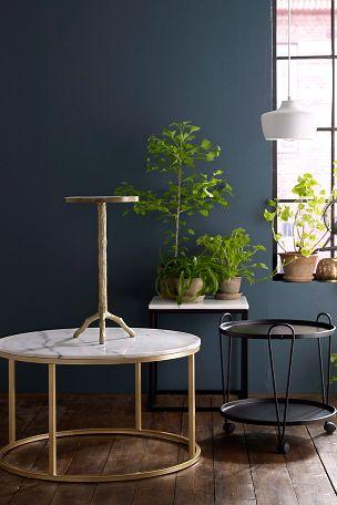 """Rundt sofabord med plate av marmor og stamme av metall. Da marmor er et naturmateriale er det normalt at små avvik i størrelse, farge og struktur forekommer. Ø 85 cm. Høyde 48 cm. Lev. umontert. <br>Fraktvekt 45 kg. <br><br>Les om Fraktvekt under fliken """"Levering"""".<br><br>Vedlikehold av marmor<br> <br>For å gi stenen sin grunnbeskyttelse anbefales marmorpolish som du finner i velassorterte fargehandlere. Stryk på et tynt lag. La det tørke i noen minutter. Poler opp til glans med en tørr…"""