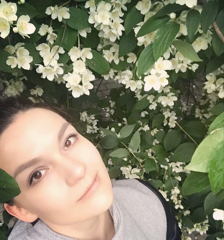Жасминовое дерево и я желаем вам прекрасного вечера пятницы! ������ #пятница #вечер #столицавеселится #жасмин #себяха #самострел #москва #tgif #friday #fridaymood #jasmine #moscow #moscowsummer http://misstagram.com/ipost/1553821819918951273/?code=BWQSLZ0hSNp