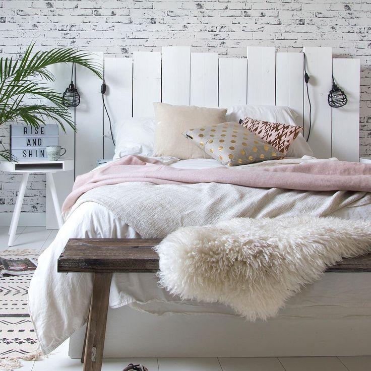 Houten hoofdbord, plant, bankje voor bed, nachtkastje, lichtkast