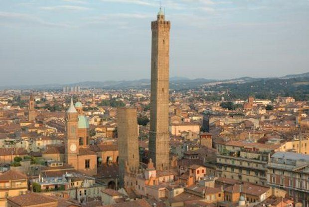 The tale of the Torre degli Asinelli.