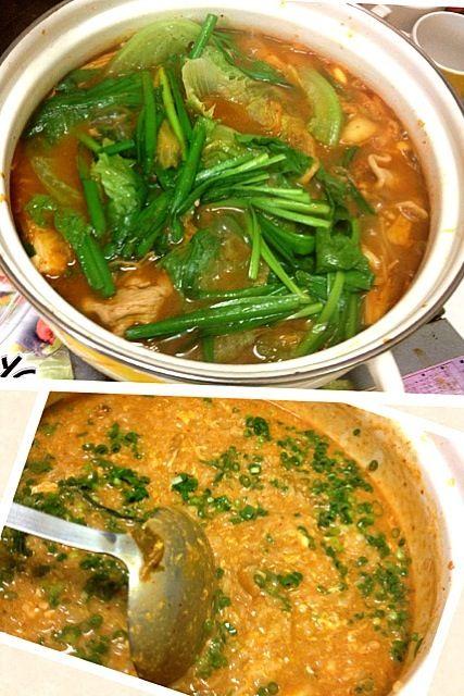 あたしが作ってないのですがw友人宅で一緒に食べました♪( ´θ`)ノ具材は、キムチ、豚肉、にんにく、ニラ、レタス、シメジ、豆腐、ネギです♪( ´θ`)ノ〆にスライスチーズと卵とネギを入れて、リゾットに♪( ´θ`)ノ韓国のりを上からかけてもグーっです(^^) あとスリゴマもあいました♪味に飽きた時に - 21件のもぐもぐ - キムチ鍋〆はキムチチーズリゾット by koha27