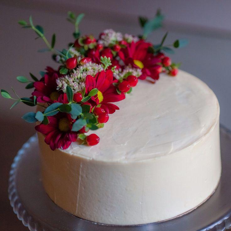 Осенний тортик на годовщину свадьбы! Внутри шоколадный бисквит, апельсиновый курд, крем чиз. Украшен живыми цветами.  Автор instagram.com/anna_kirsanova_i