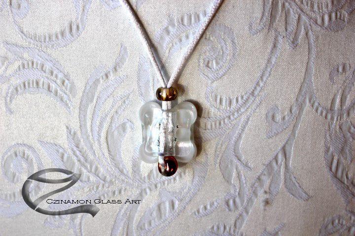 Alkalmi medál esküvőre, visszafogott, elegáns üvegékszer. Modernebb stílusú elegáns ruhához illő, de akár más alkalomra is felvehető.