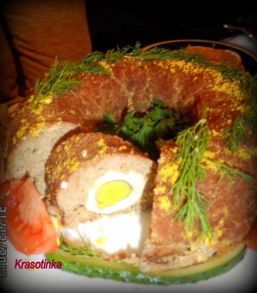 Великоднє м'ясне кільце з яйцем. М'ясний фарш 800гр цибуля 1шт яйця 5шт сіль,приправи панірувальні сухарі