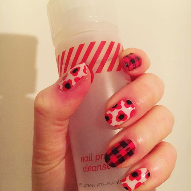 Loving my #poppy #jnredpoppy #nailwraps especially mixed with #jnfridayflannel :heart::heart: