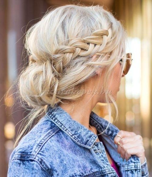 fonott frizurák - laza tarkókonty oldalfonással