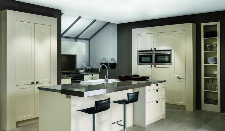 Modern Klassieke Keuken Mdf gelakte kaderdeur met mooie zit aan het eiland
