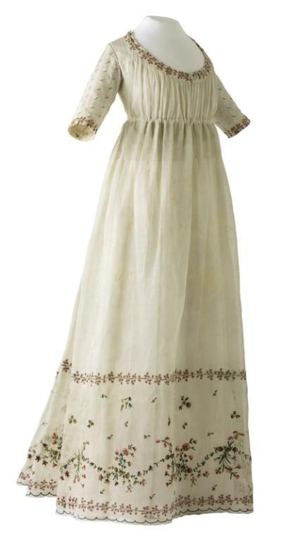 Robe blanche à manches et décor brodé, France, vers 1795-1799 (époque Directoire). MT 27419. Achat Bellefin, 1904. © Musée des Tissus, Pierre Verrier