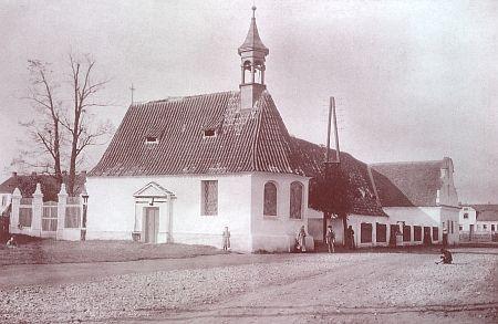 Kostelík Nejsvětější Trojice s někdejším morovým špitálem (před rokem 1918 a v…