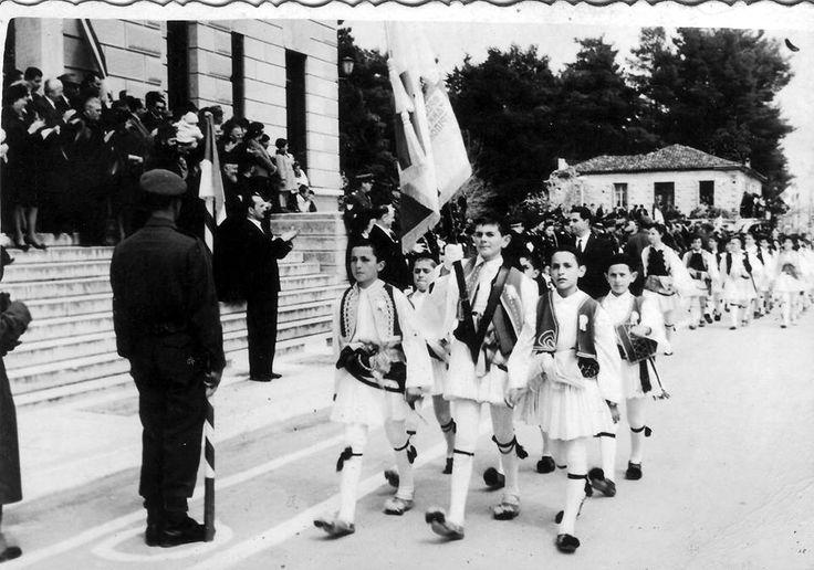 Παρέλαση 25 Μαρτίου 1963 μπροστά στο Δήμαρχο Σεχιώτη Βασίλης Μιχαλόπουλος