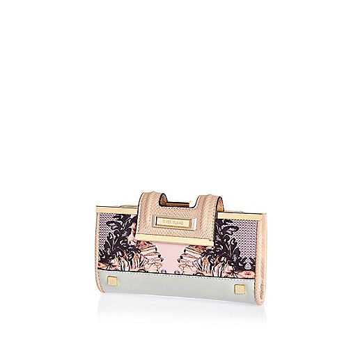 Really like this!!!! So chic for year-round, we love this sassy print printed purse. Featuring a paneled design with a fold over tab.  Height 10cm, width 18.5cm.