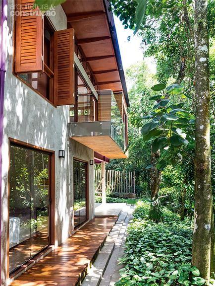 O casal Maria Helena e Hélio Carneiro viu nascer em cinco meses a casa de 140 m² fácil de cuidar e com tudo o que é preciso para viver de modo simples e confortável.