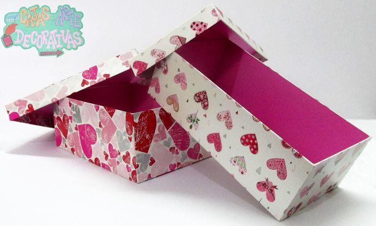 Cajas grandes sencillas rectangulares con un papel de diseños de corazones que hacen que tu entrega de detalles tengan mas personalidad ! Atrévete y sorprende con una de nuestras cajas!