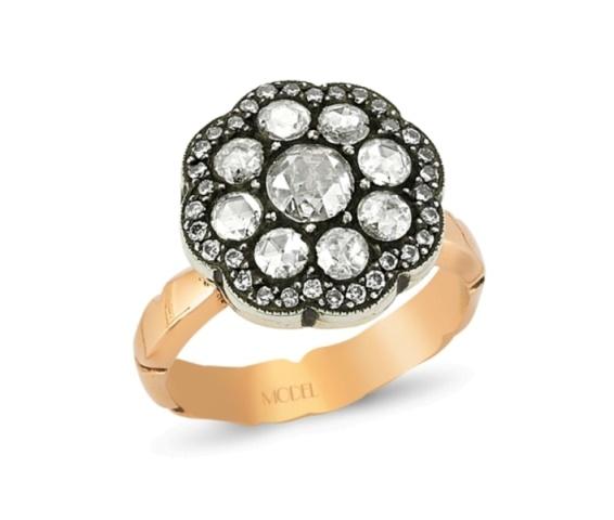 Bu gösterişli ve ağır mücevher, mükemmel şıklığınızı tamamlamanız için ihtiyacınız olan o benzersiz ışıltıyı sunmak için tasarlandı.  http://www.modelpirlanta.com/Products/EL20008-ELMAS-YUZUK.html#.USJFWx3wm1c