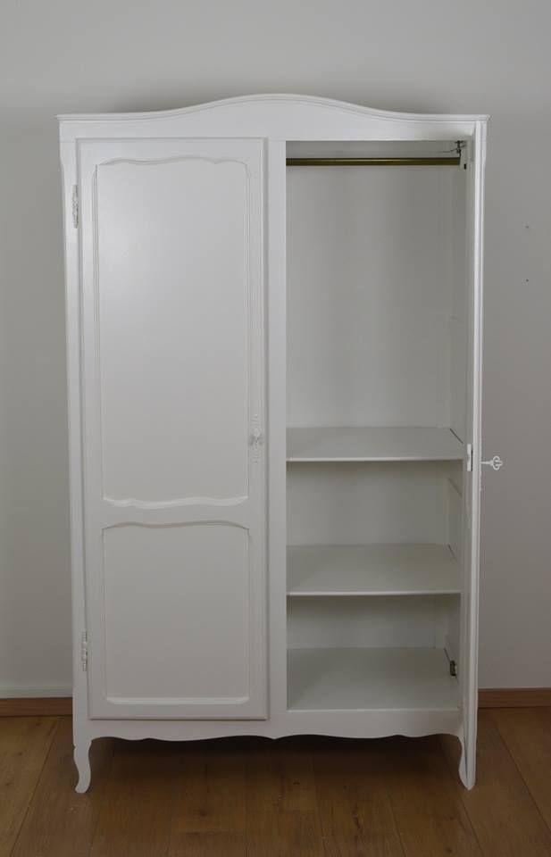 2 deurs kleerkast gerestyled in RAL 9010 wit. Links van de kleerkast worden nog 2 extra planken voorzien. hangbaar over de gehele breedte en dus meer dan voldoende berg ruimte.