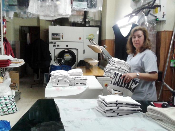 #TIPOGRAFIA #TINTA #IMPRENTA #PLOMEZ - La existencia de un paquete lleno de camisetas blancas en algún almacén abandonado de DHL y la caprichosa naturaleza de nuestras amigas del Tinte Argentino a la hora de planchar ha hecho que los paquetes salgan así al buen tun tun y de cualquier manera. La Familia Plómez es una asociación cultural dedicada al fomento de la tipografía y la imprenta tradicional.  +INFO: www.familiaplomez.com  CAMPAÑA verkami www.verkami.com/projects/2263