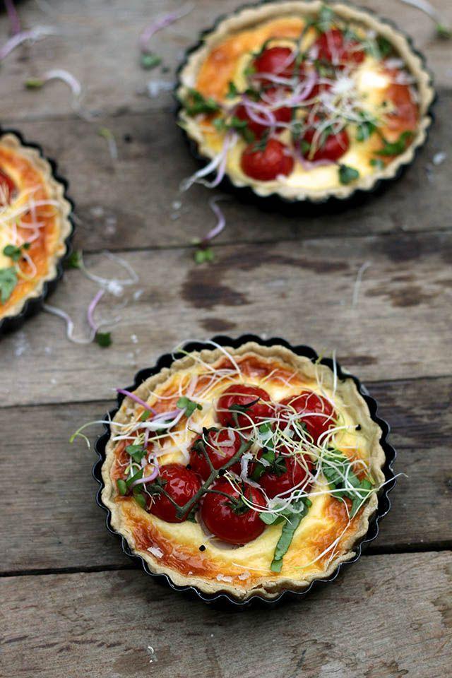 Tomatentaart met geitenkaas maar dan mini. Deze tomatentaartjes zijn makkelijk te maken en leuk als voorgerecht of hoofd. Tomatentaartjes met geitenkaas zijn zo gemaakt.