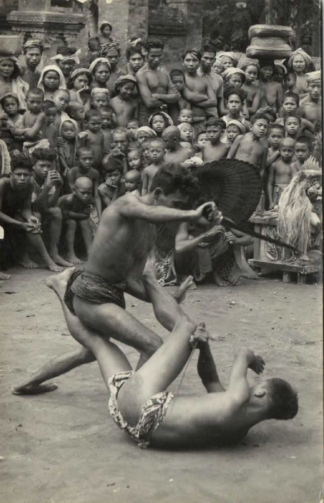 indonesia, BALI, Native Male Actors Dancers Performing Fight (1930s) RPPC - Delcampe.net