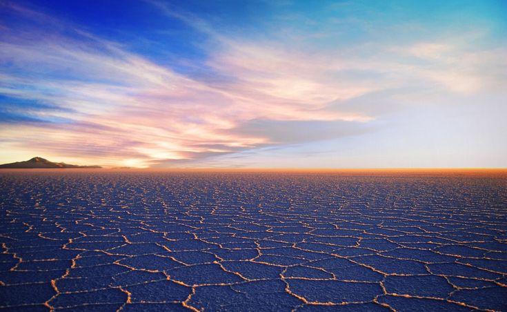 Салар де Уюни  Боливия  Салар де Уюни является крупнейшим соляным месторождением в мире.Во время наводнения, дождевая вода приносит минералы в Салар, увеличивая соляные отложения. Салар де Уюни содержит около 70% мировых запасов лития и многих других редких микроэлементов.