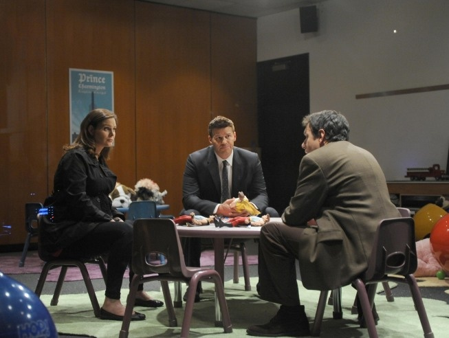 """Brennan (Emily Deschanel), Booth (David Boreanaz) and Lawrence Deighton (guest star John Ross Bowie) from """"The Prince in the Plastic"""" episode of BONES on FOX."""