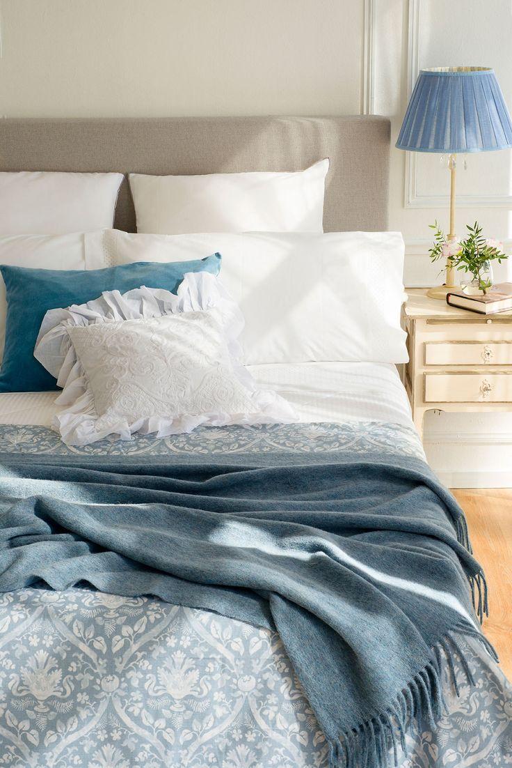 00417520. ropa de cama blanca y azul en el dormitorio_00417520
