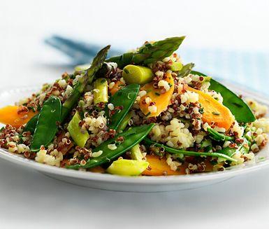 Så enkelt och så gott! Quinoa- och bulgursallad med primörer är en riktig grönsakssymfoni. Morötter, sparris, vaxbönor, sockerärter och granatäpple ger rätten ett fantasifullt inslag.