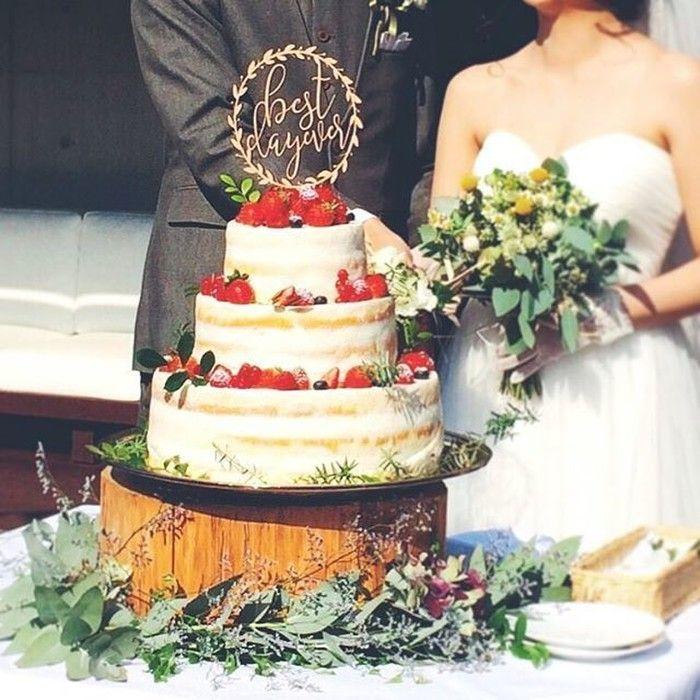 シンプルなデザインにグリーンをプラスしたこちらのネイキッドケーキ。ナチュラルな雰囲気のケーキはガーデンウェディングにもぴったりですね。